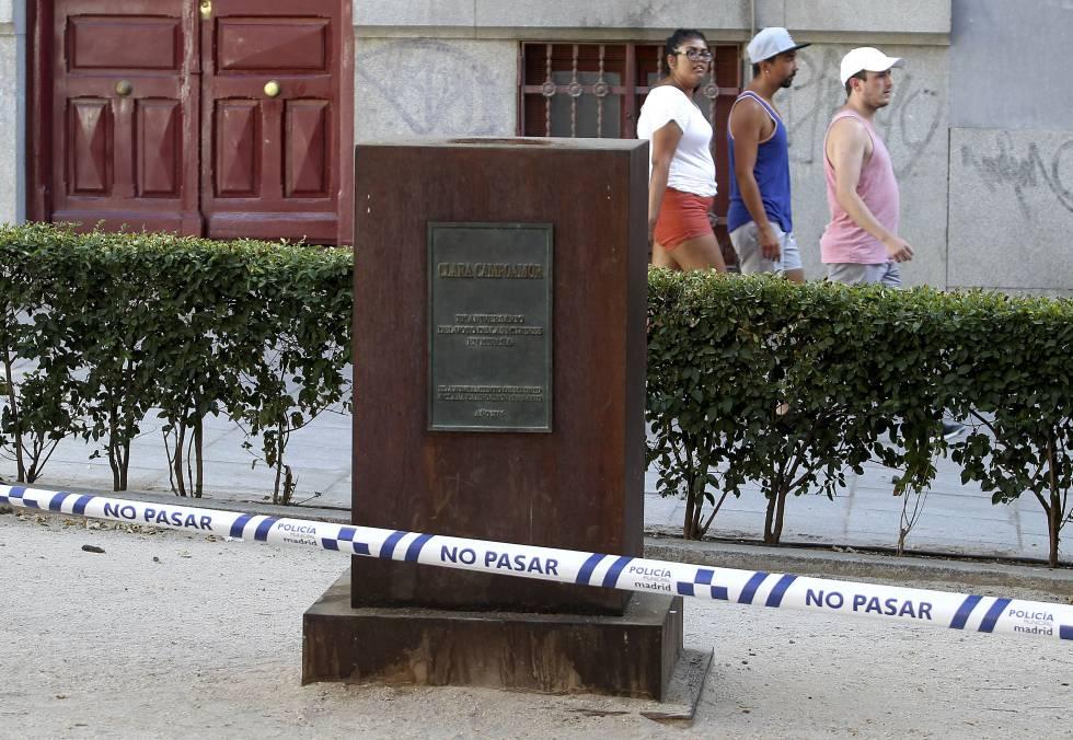 2d2a940c2 Pedestal sin el busto de Clara Campoamor en Malasaña.