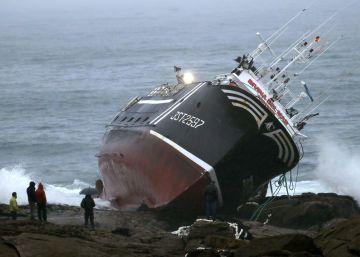 Muere un marinero tras encallar un pesquero cerca del Castro de Baroña