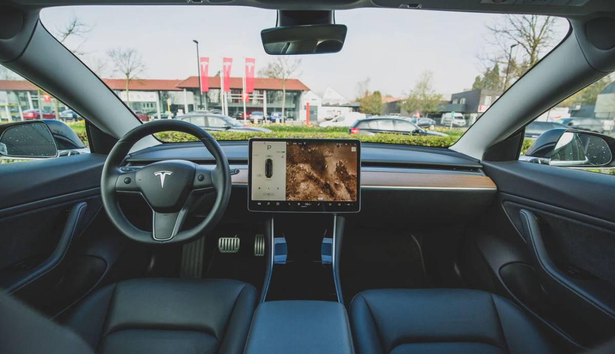 Conducción autónoma de Tesla: la suscripción y el botón para descargarla, más cerca