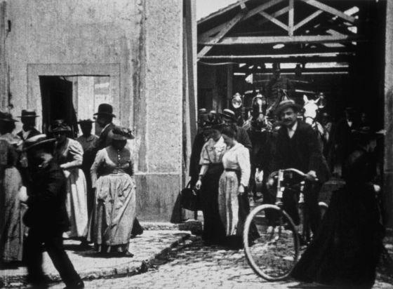 Salida de los obreros de la fábrica Lumière': Los 46 segundos que iniciaron  la odisea del cine | Cultura | EL PAÍS