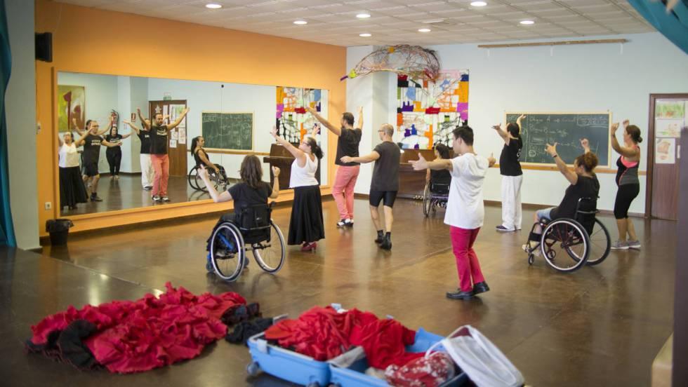 Se Bienal En De Silla SevillaEl Ruedas Flamenco También Baila mN8vOn0wy