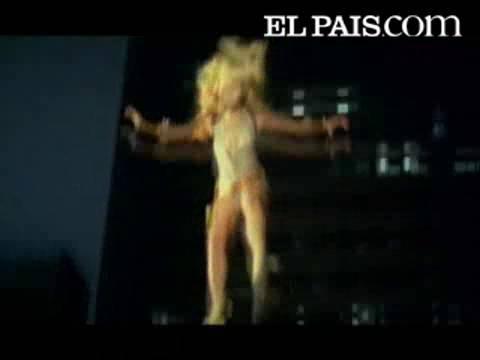 Paulina Rubio Podría Ser Multada Por Posar Desnuda Envuelta En La