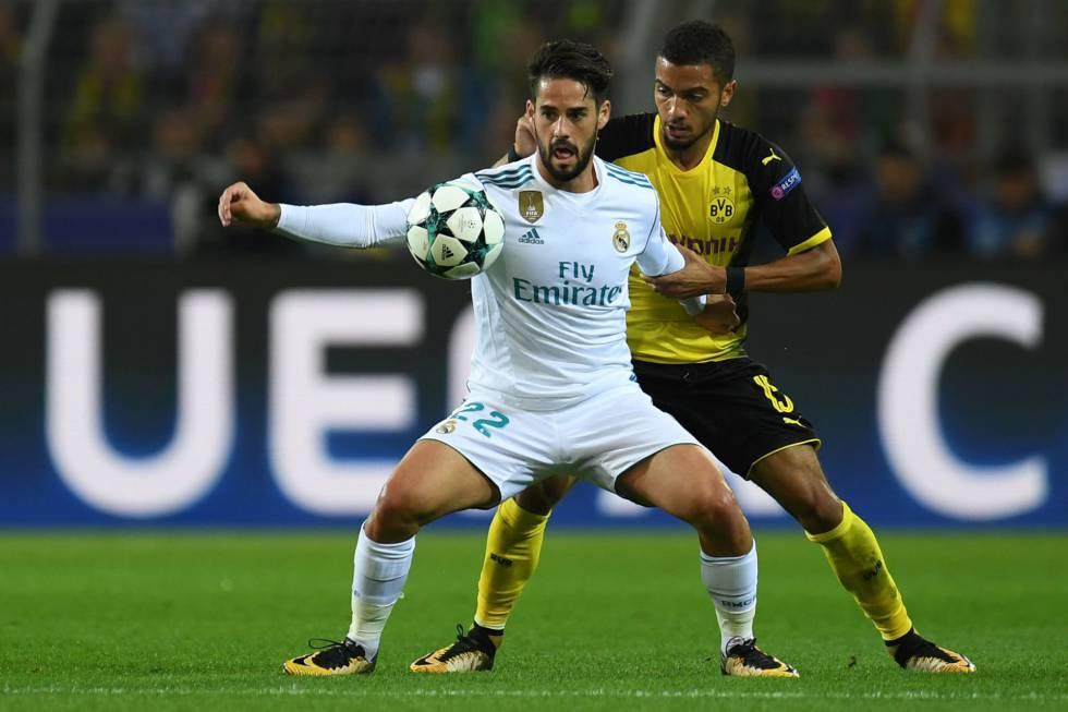 Isco protege el balón ante el marcaje de Jeremy Toljan en el partido contra  el Borussia 8b98d4b6158c4