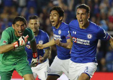 Cruz Azul revierte su embrujo y le quita la victoria a los Pumas en el último minuto (1-1)