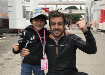 Fernando Alonso hace feliz al niño Joaquín