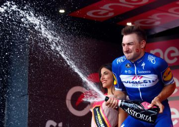 Elia Viviani reaparece en un sprint para hacer triplete en el Giro
