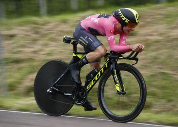 Yates resiste a Dumoulin en la contrarreloj y mantiene la maglia rosa del Giro por 56s