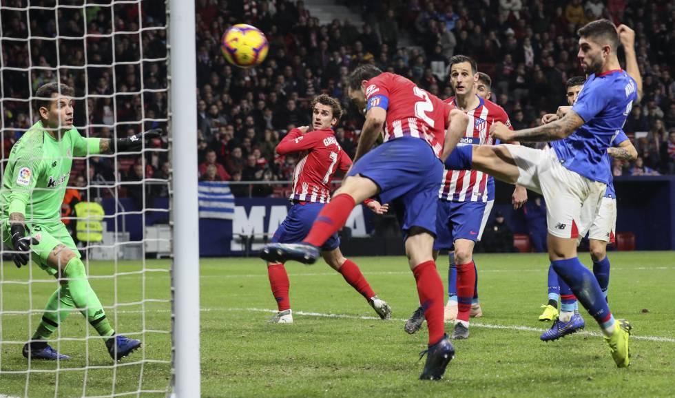 7339edeeb12c3 El Atlético derrota al Athletic con un gol de Godín en el último ...