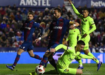 El Barcelona remonta ante el Levante con goles de Dembélé y Messi