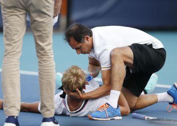 El tenista español Nicola Kuhn se desploma acalambrado en medio de un partido