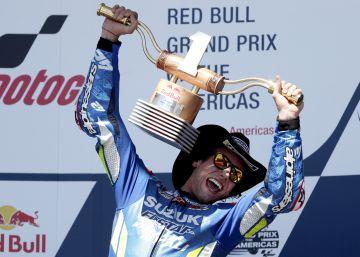 Rins se lleva la victoria, Rossi y Márquez la decepción