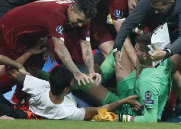 La euforia de un hincha lesiona al héroe Adrián