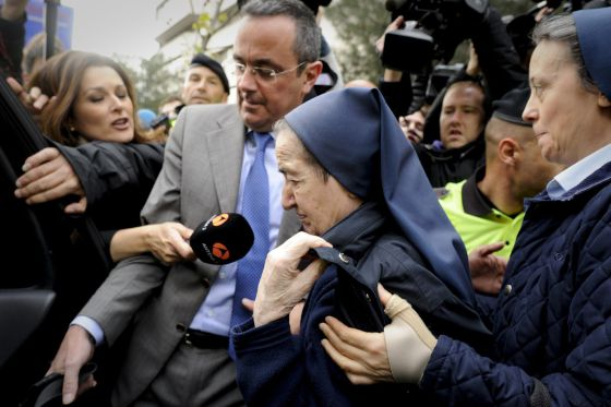 María Gómez Valbuena (C) leaves a court in Madrid after refusing to testify for her alleged involvement in a case of stolen children.