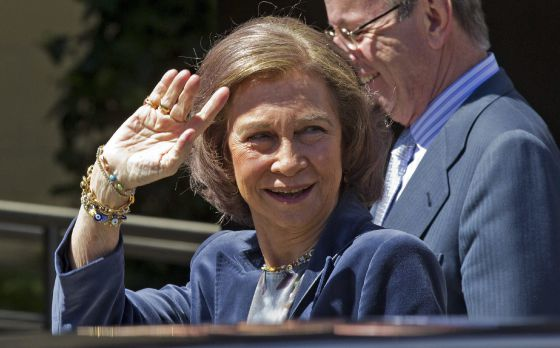 Queen Sofía arriving at the USP San José Hospital in Madrid this morning.