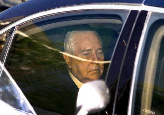 Dívar leaves the CGPJ meeting after announcing his decision to resign.