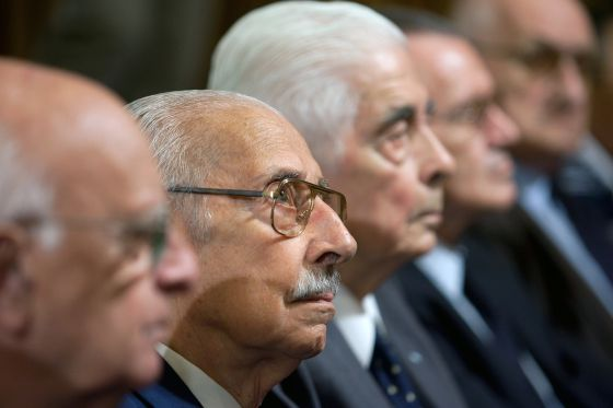 Jorge Videla, second left, listens in an Argentinean courtroom.