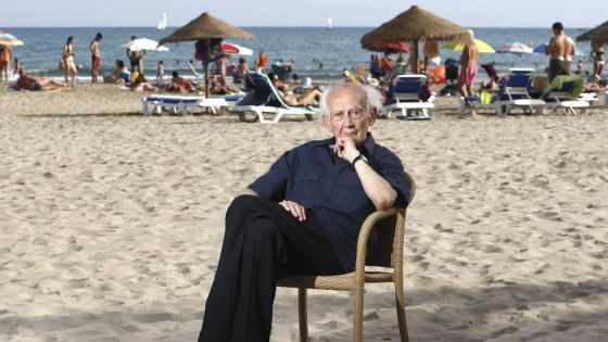Zygmunt Bauman on the beach next to the Voramar hotel in Benicàssim.
