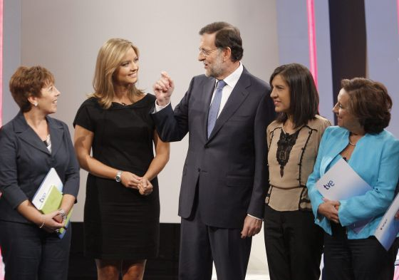 Prime Minister Mariano Rajoy (c) talks with the journalists (l. to r.) Carmen del Riego, María Casado, Anabel Díez and Victoria Prego moments before the interview on TVE.