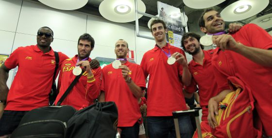 Members of the Spanish basketball team on arrival at Madrid's Barajas airport with their silver medals from the London Games.