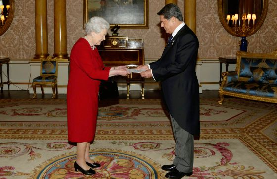Federico Trillo presents his credentials to Queen Elizabeth as Spain's new ambassador to Britain.