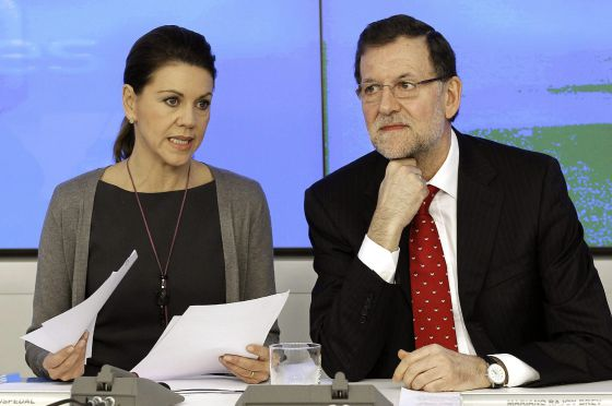 Prime Minister Mariano Rajoy and PP secretary general María Dolores de Cospedal at the start of Monday's National Executive party meeting.