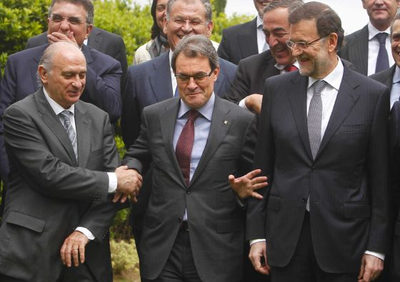 Mariano Rajoy (r) and Catalan premier Artur Mas (c) enjoy a lighter moment on Friday.