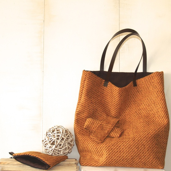 933370b69 Las telas son siempre tejidos naturales, algodones, linos, lanas y cuero,  dependiendo de la temporada. El packaging también lo crea ella mediante  cartón ...