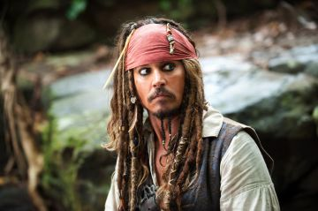 Johnny Depp, y sus largas rastas, interpretando a Jack Sparrow en Piratas del