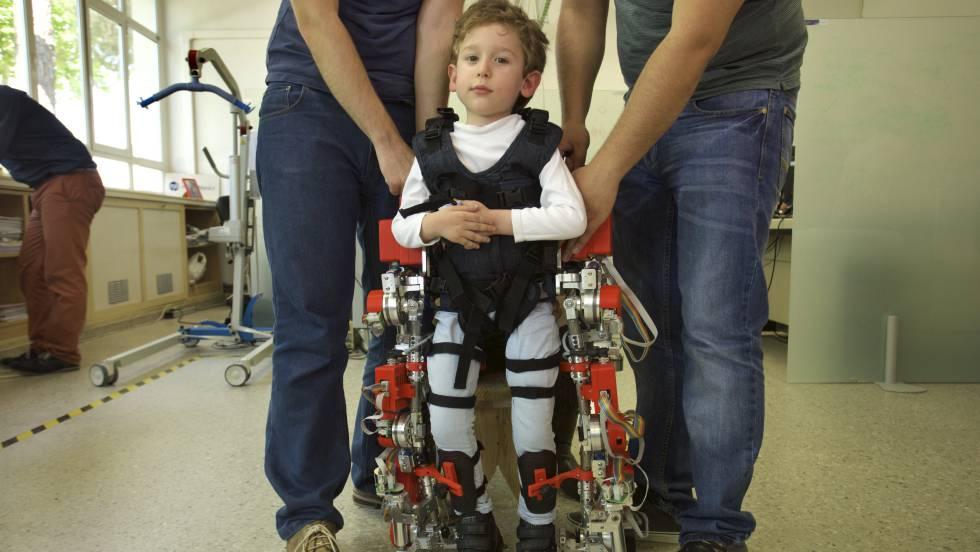 El Hospital Sant Joan de Déu de Barcelona prueba el primer exoesqueleto infantil del mundo