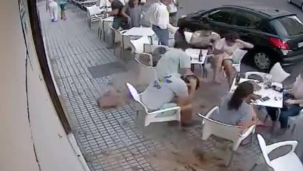 Vídeo Cae Una Cornisa Sobre La Terraza De Un Bar Y Hiere A