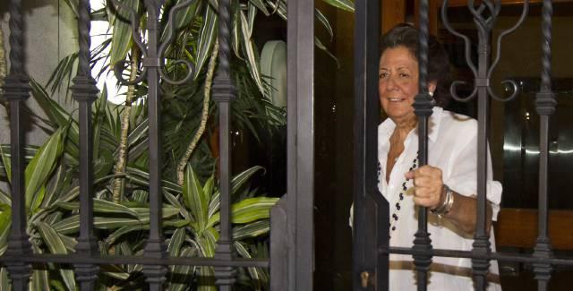 Spain's biggest party split as under-fire senator hangs on