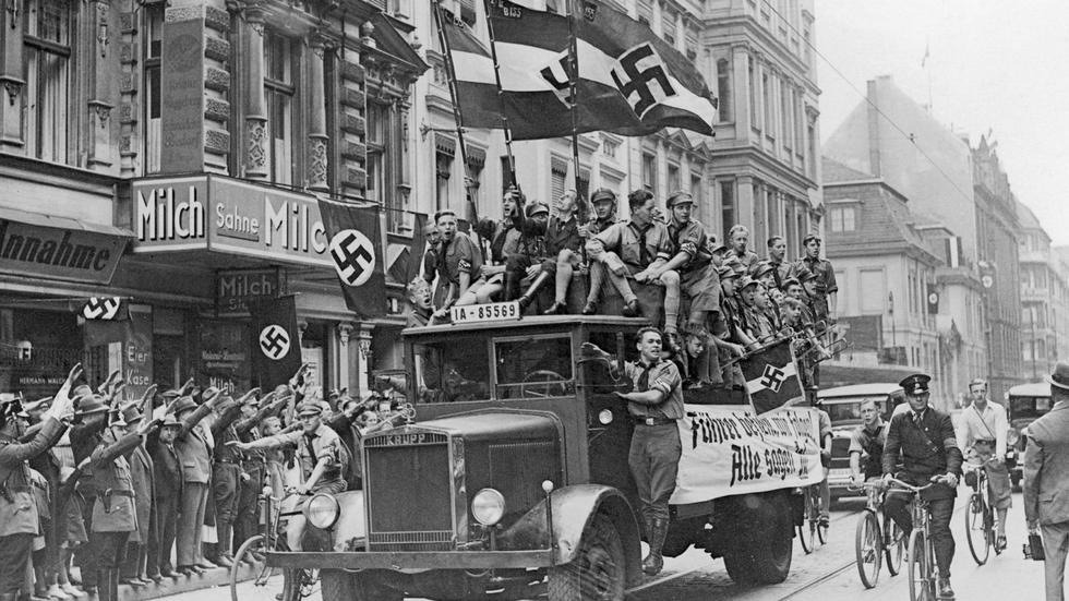 Jóvenes nazis, en el referéndum de 1934 con el que Hitler trató de legitimar los poderes que ya había usurpado de facto como jefe de Estado.