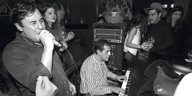 Copazos en el piano bar más rancio y maravilloso de Madrid: así es una madrugada en el Toni2