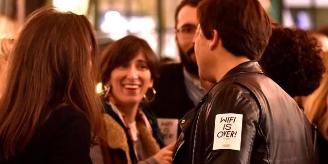 Sin wifi no hay fiesta: contra la moda de prohibir el móvil en los locales de ocio de Barcelona