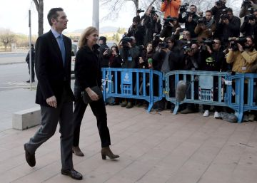 FILE PHOTO: Spain's Princess Cristina (front R) arrives at court with her husband Inaki Urdangarin to attend a trial in Palma de Mallorca, Spain, February 9, 2016. REUTERSEnrique CalvoFile Photo