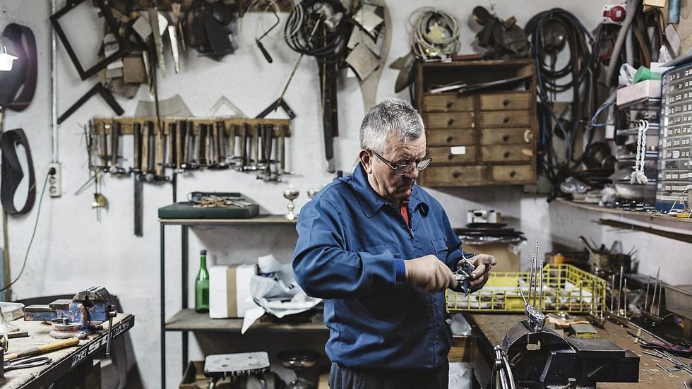 d33125a79e38 Un trabajador de los talleres donde se fabrican las piezas de Durán.