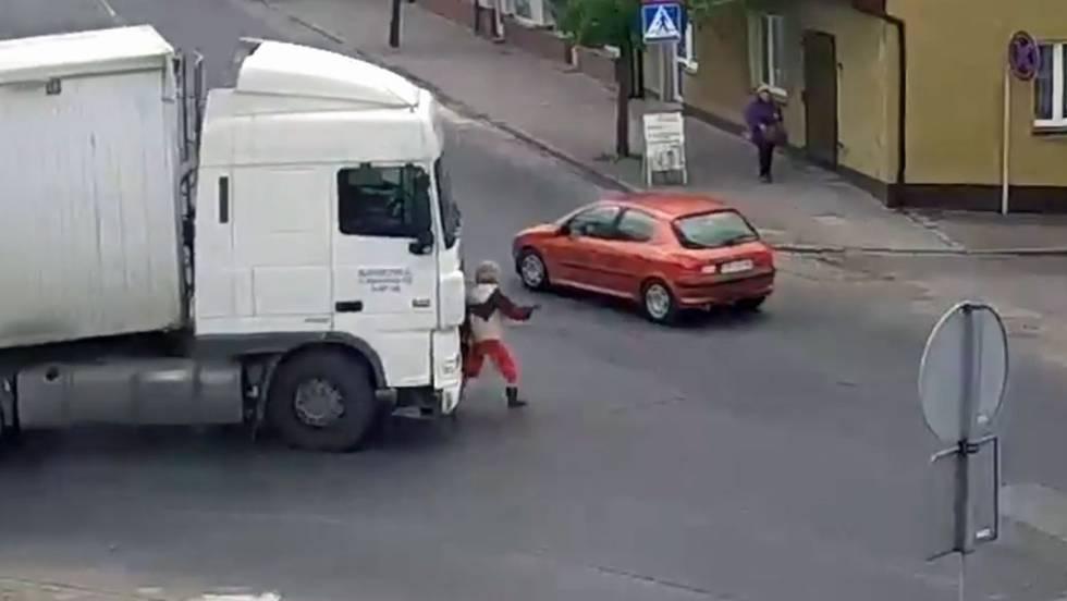 Resultado de imagen de Una mujer sale ilesa del atropello de un camión