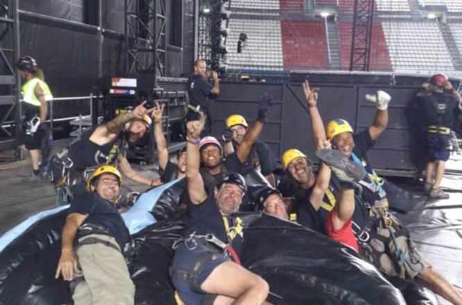 En el montaje del escenario para Bon Jovi