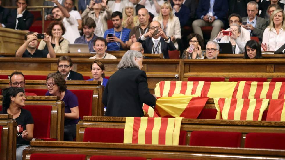 vdeo una diputada de podem retira las banderas espaolas que dej el pp en el parlament actualidad el pas