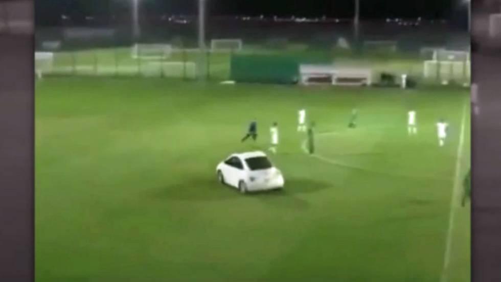 Vídeo: Un coche interrumpe un partido de fútbol en Abu Dabi ...