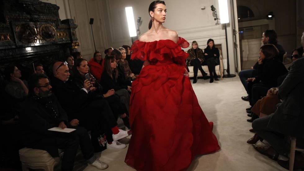 Valentino emociona en París con una colección contemporánea que al mismo  tiempo reivindica la tradición artesanal 597b018a682c