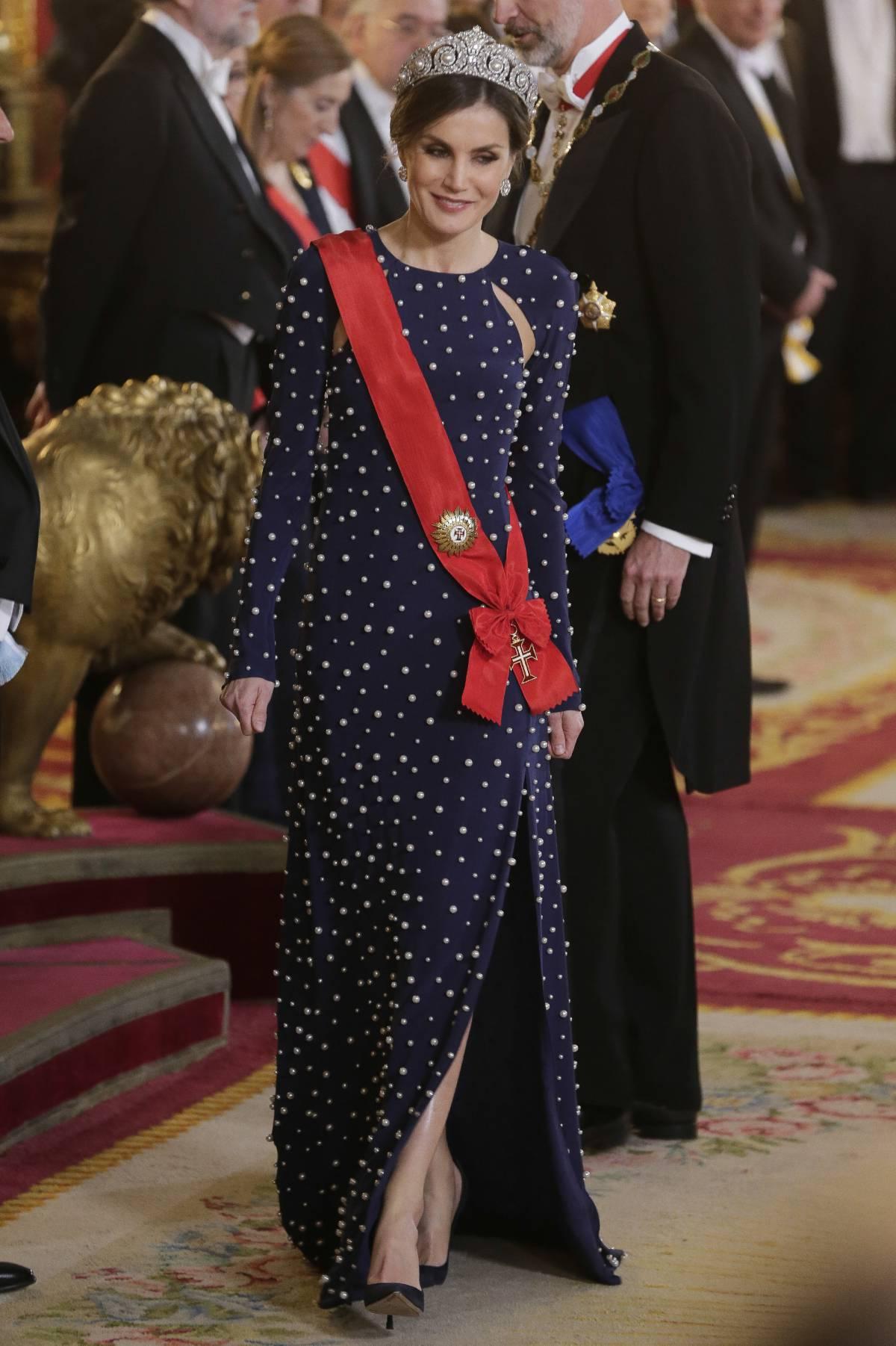 26f6aba9b La Reina hace un guiño a doña Sofía al estrenar una de sus tiaras ...