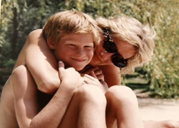 London (United Kingdom), 23072017.- An undated handout photo made available on 23 July 2017 by Kensington Palace shows a picture from the personal photo album of the late Diana, Princess of Wales, depicting the Princess and Prince Harry on holiday and is featured in the new documentary 'Diana, Our Mother: Her Life and Legacy'. rn rn NO USE AFTER MONDAY JULY 31, 2017. NEWS EDITORIAL USE ONLY. NO USE ON THE FRONT COVERS OF ANY UK OR INTERNATIONAL MAGAZINES. NO COMMERCIAL USE (INCLUDING ANY USE IN MERCHANDISING, ADVERTISING OR ANY OTHER NON-EDITORIAL USE INCLUDING, FOR EXAMPLE, CALENDARS , BOOKS AND SUPPLEMENTS). THIS PHOTOGRAPH (WHOSE COPYRIGHT IS VESTED IN THE DUKE OF CAMBRIDGE AND PRINCE HARRY) IS PROVIDED TO YOU ON CONDITION THAT YOU WILL MAKE NO CHARGE FOR THE SUPPLY, RELEASE OR PUBLICATION OF IT AND THAT THESE CONDITIONS AND RESTRICTIONS WILL APPLY (AND THAT YOU WILL PASS THESE ON) TO ANY ORGANISATION TO WHOM YOU SUPPLY IT. ALL OTHER REQUESTS FOR USE SHOULD BE DIRECTED TO THE PRESS OFFICE AT KENSINGTON PALACE IN WRITING. (Duque Duquesa Cambridge) EFEEPADUKE OF CAMBRIDGE AND PRINCE HARRY  KENSINGTON PALACE HANDOUT NO USE AFTER MONDAY JULY 31, 2017. HANDOUT EDITORIAL USE ONLYNO SALESNO ARCHIVES