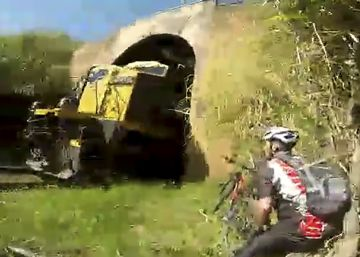 Un ciclista logra esquivar a un tren en marcha por poco