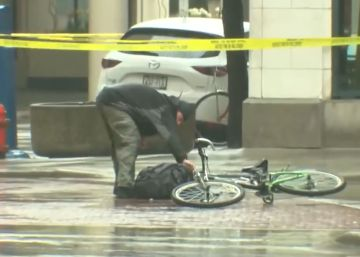 Un ciclista desobedece las medidas de seguridad y comprueba si hay una bomba en una mochila