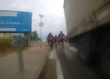 La Fiscalía investiga este adelantamiento de un camión a un grupo de ciclistas