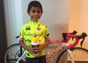 El niño que animaba a los ciclistas