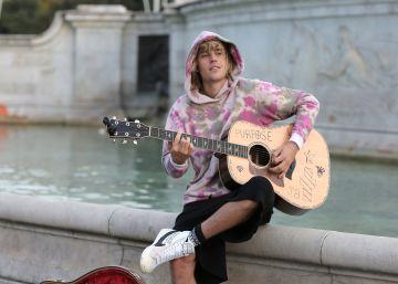 Justin Bieber sorprende a los londinenses tocando como un músico callejero