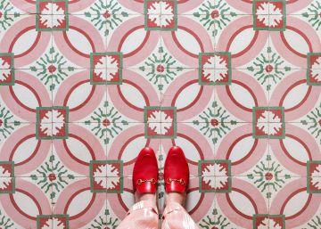 El proyecto de fotografía de pies y baldosas que se ha convertido en viral en Instagram