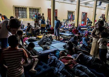 Así pasan la noche los migrantes de la caravana que buscan el sueño americano